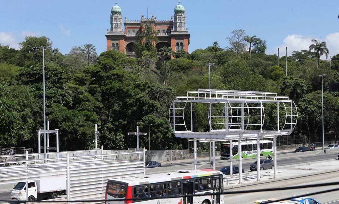Estrutura das obras do BRT na Avenida Brasil, altura de Manguinhos. Após interrupção em agosto, trabalhos serão retormados nesta segunda-feira Foto: Guilherme Pinto - 09/03/2017 / Agência O Globo