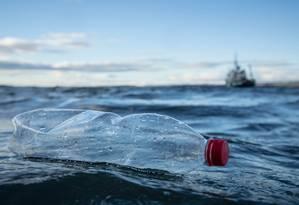 Garrafa plástica boia em mar próximo à Escócia Foto: Will Rose / Greenpeace
