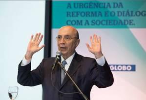O ministro da Fazenda, Henrique Meirelles, fala durante seminário sobre Reforma da Previdência, no Rio Foto: Agência O Globo / Antonio Scorza