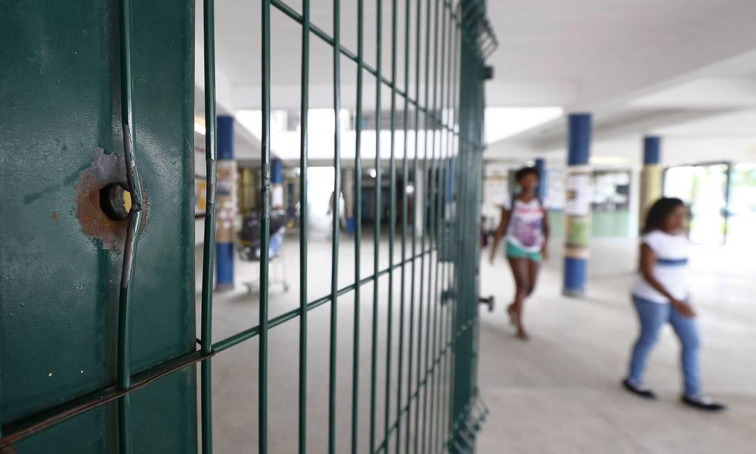 Marca de tiro de fuzil na grade do acesso principal à escola Foto: PABLO JACOB / Agência O Globo