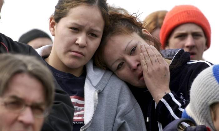 Uma jovem e sua mãe se consolam em frente ao hospital para onde foram levados os feridos do massacre de Red Lake Foto: Craig Lassig / Craig Lassig