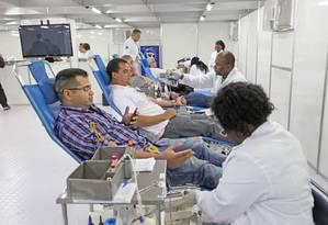 Homens realizando doação de sangue Foto: Divulgação