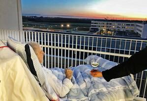 Carsten Flemming Hansen fumou um cigarro e tomou uma taça de vinho branco enquanto observava o pôr do Sol Foto: REPRODUÇÃO/FACEBOOK