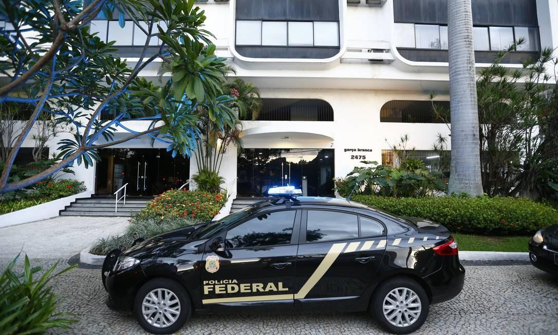 A Polícia Federal (PF) chegou na residência do antigo secretário, na Lagoa Rodrigo de Freitas, por volta de 6h. Foto: Pablo Jacob / O Globo