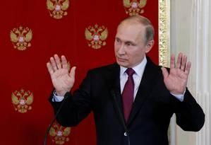 Presidente Vladimir Putin gesticula durante entrevista coletiva no Kremlin, em Moscou Foto: POOL / REUTERS