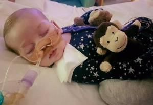 O pequeno Charlie Gard, de apenas 8 meses, sofre de uma grave doença hereditária Foto: REPRODUÇÃO/GOFUNDME