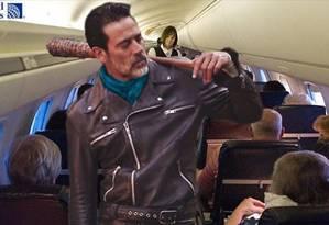 Jeffrey Dean Morgan, na pele do violento Negan, de 'Walking Dead', vira agente de segurança do Aeroporto de Chicago em meme na internet Foto: Reprodução/Facebook