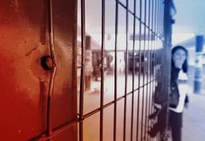 Marca de tiro em parede de escola Foto: Editoria de arte