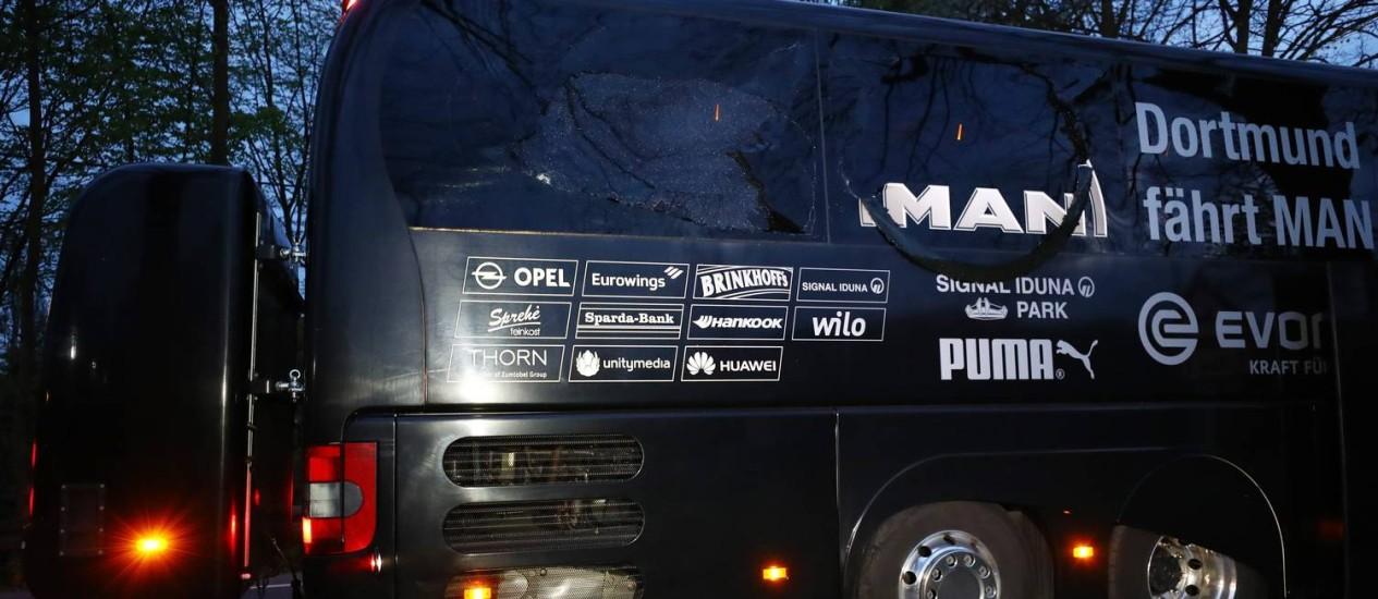 Ônibus do Borussia foi atingido por explosões a caminho do estádio para o jogo contra o Monaco Foto: Kai Pfaffenbach / REUTERS