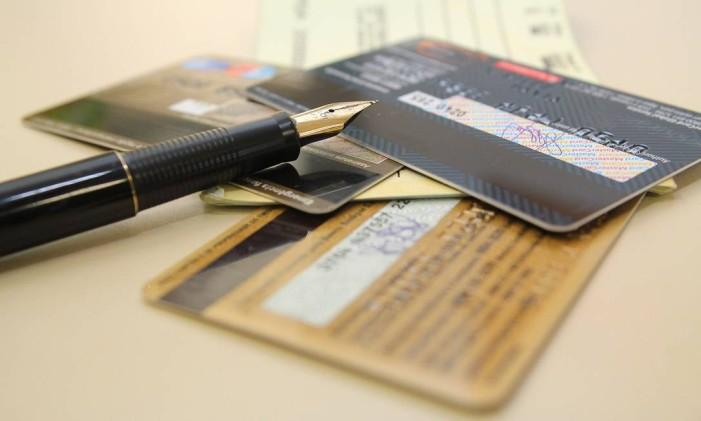 Cartões, dinheiro e cheques Foto: Marcos Santos/USP Imagens