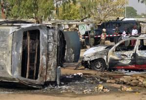 Autoridades conferem destruição após ataque suicida do Boko Haram em Kano Foto: Sani Maikatanga / AP