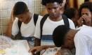 Colegas de Wesley e Davi durante o velório: jovens foram atingidos por tiros na cabeça e nas costas Foto: Domingos Peixoto / Agência O Globo