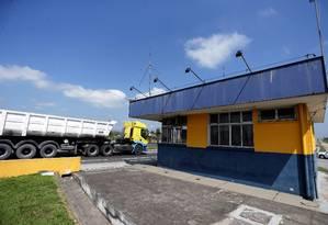 Unidade de fiscalização na Rodovia Presidente Dutra, na altura de Resende: fechada Foto: Márcio Alves / Agência O Globo
