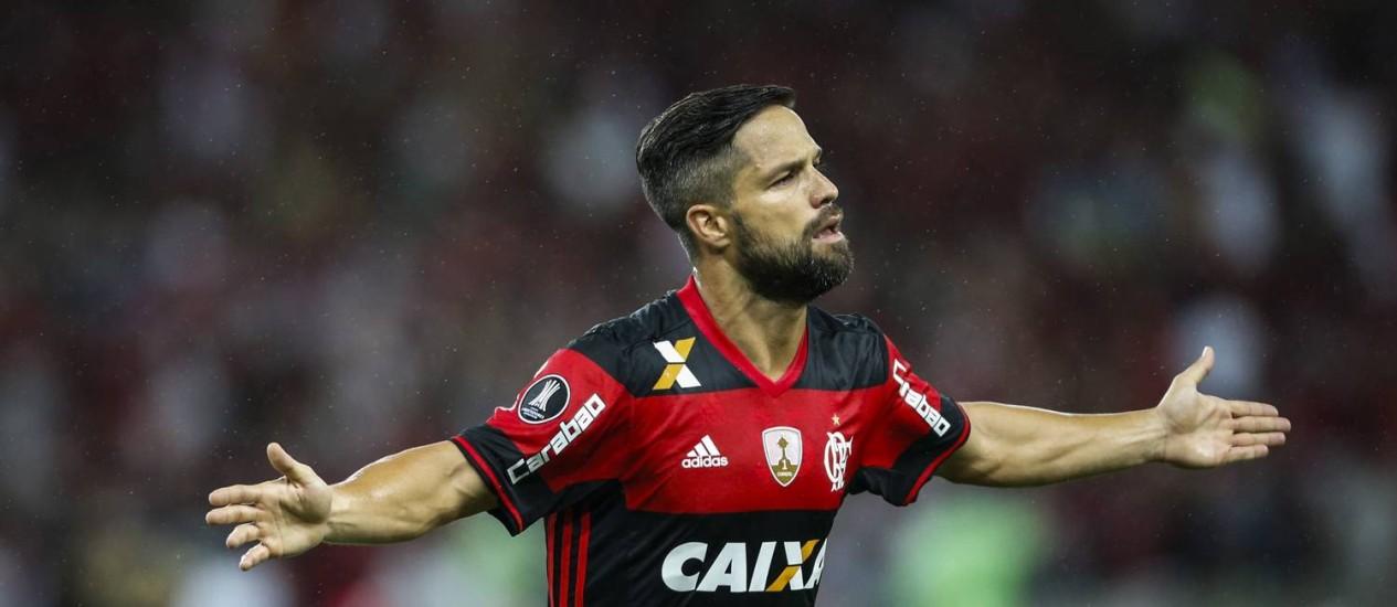 Com um belo chute no ângulo, Diego fez o segundo gol do Flamengo Foto: Guito Moreto