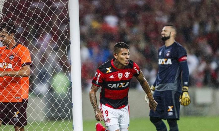 Guerrero corre para comemorar o primeiro gol do Fla Foto: Guito Moreto