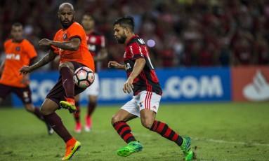 Diego tenta o domínio, marcado por um zagueiro do Furacão. Meia segue desfalcando o Flamengo Foto: Guito Moreto