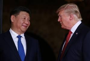 Xi Jinping e Trump se encontram no resort de Mar-a-Lago, na Flórida Foto: CARLOS BARRIA / REUTERS