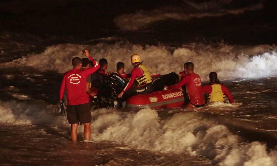 Trabalho de resgate dos bombeiros durou até o início da madrugada Foto: Thiago Freitas / Agência O Globo