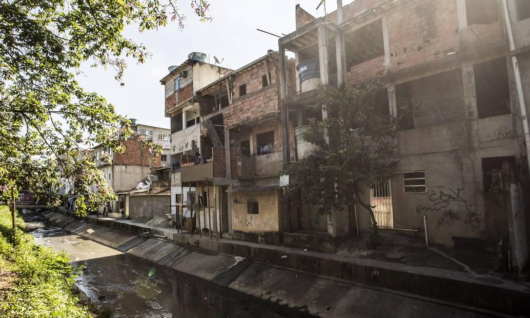 Construções à beira do canal da Via Ligh Foto: Guito Moreto / Agência O Globo