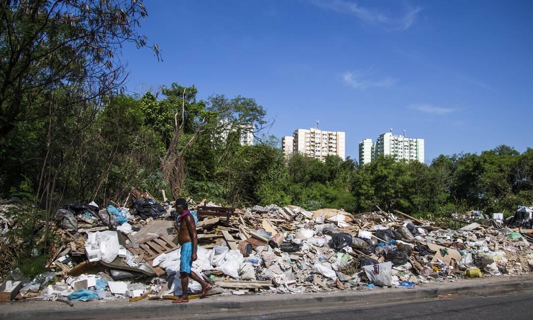 Área de despejo de entulho conhecida como Lili, ao longo da Via Light Foto: Guito Moreto / Agência O Globo