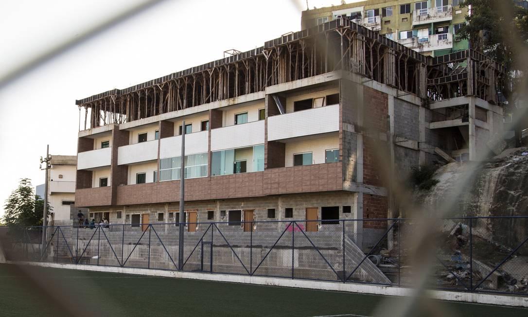 Prédio que supostamente está sendo construído de forma ilegal onde haviam arquibancadas do campo de futebol Foto: Guito Moreto / Agência O Globo