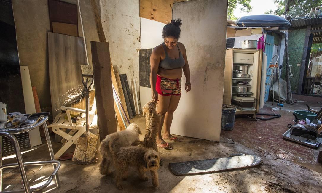 Lucilene Maria do Nascimento e seu filho, Brian, que teve meningite e hidrocefalia. Ela vive há 10 anos numa área ocupada por barracos de madeira Foto: Guito Moreto / Agência O Globo