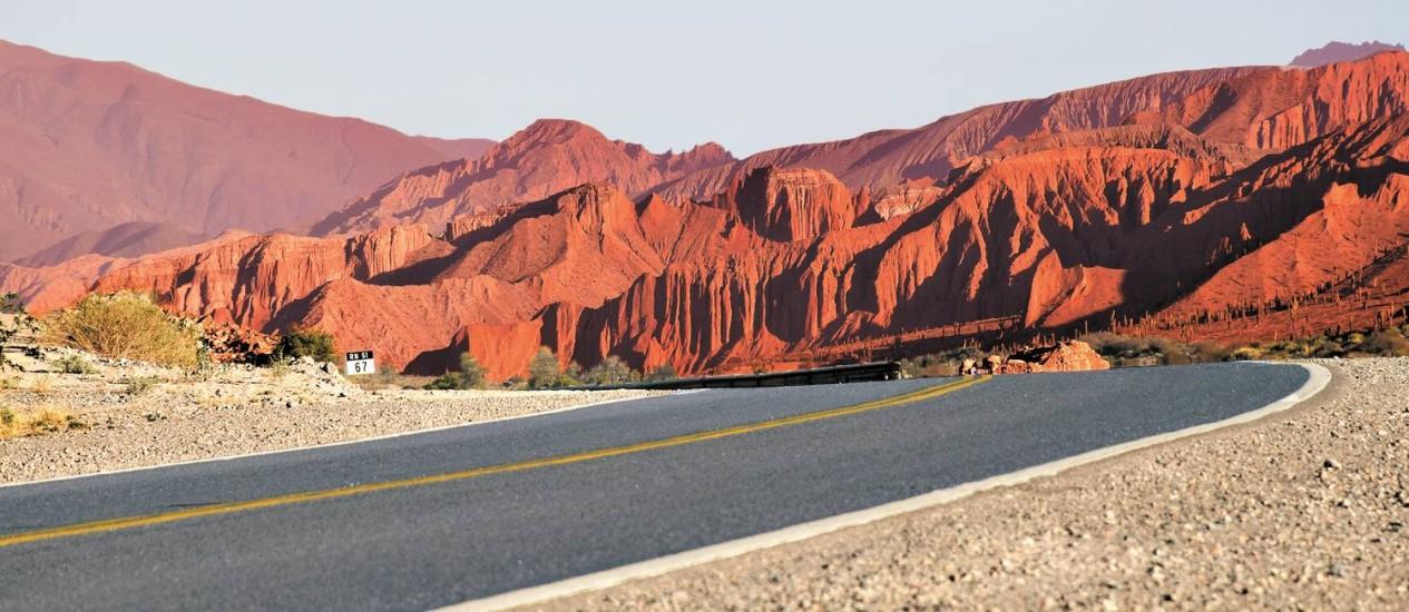 Paisagens desérticas e montanhas avermelhadas marcam o cenário nas estradas da provícia de Salta, na Argentina Foto: Janaína Figueiredo / O Globo