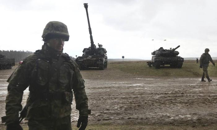 Soldados mobilizam tanques para chegada de tropas da Otan Foto: Czarek Sokolowski / AP