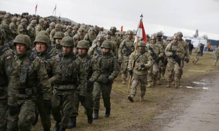 Soldados poloneses e americanos são recebidos em cerimônia em Orzysz Foto: KACPER PEMPEL / REUTERS