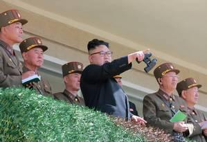 Kim Jong-un observa exercício militar na Coreia do Norte Foto: KCNA / REUTERS
