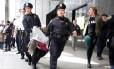 Mulher é detida e retirada da Trump Tower após protesto