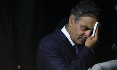 O senador Aécio Neves antes de seu discurso no Senado sobre as acusações de que teria recebido propina Foto: André Coelho / O Globo
