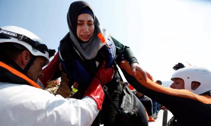 Mulher que deixou a Líbia é resgatada no Mar Mediterrâneo pela guarda costeira de Malta Foto: DARRIN ZAMMIT LUPI/Reuters/5-4-2017