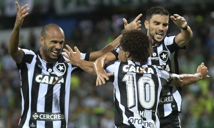 Festa alvinegra após o gol de Camilo na vitória do Botafogo sobre o Atlético Nacional em Medellín Foto: RAUL ARBOLEDA / AFP