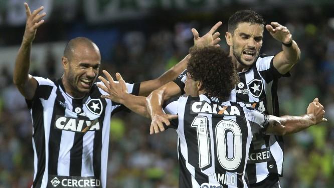 b615a7b5ce Festa alvinegra após o gol de Camilo na vitória do Botafogo sobre o  Atlético Nacional em