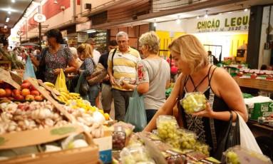Clientes vão às compras no Cadeg, em Benfica Foto: Brenno Carvalho / Agência O Globo