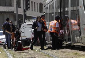 Socorristas e policiais vão à cena do crime após palestino esfaquear turista britânica à morte em Jerusalém Foto: Mahmoud Illean / AP