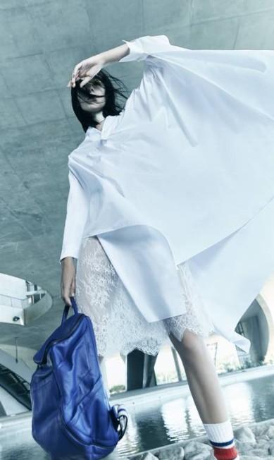 A onda é forte. A peça foi o assunto da 43ª edição da São Paulo Fashion Week, ao aparecer nos desfiles das grifes Animale, Osklen e Giuliana Romanno. Camisa (R$ 530) e vestido de renda (R$ 530), tudo The Paradise. Mochila Mara Mac (R$ 1.590). Gravata Belchior (R$ 25) Daniel Mattar