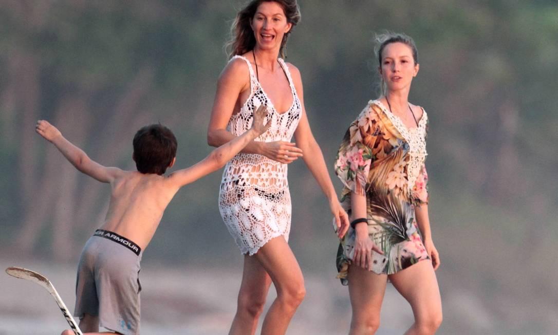 Gisele aproveitou a companhia dos filhos Benjamin... AKMG / AKM-GSI