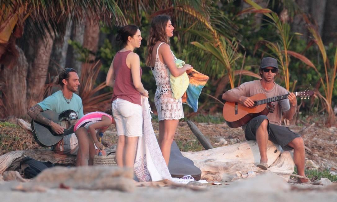 A turma curtiu a praia ao som de dois violões AKMG / AKM-GSI