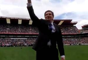 Crivella foi saudado por uma multidão de pessoas no estádio Ellis Park, em Joanesburgo, na África do Sul Foto: Reprodução