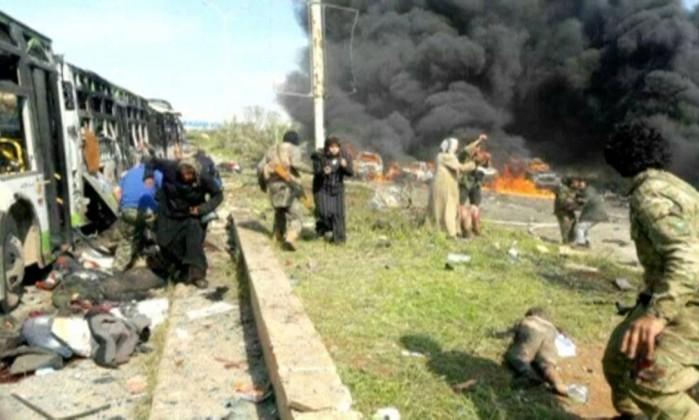 Imagem de fotógrafo amador mostra os instantes após a explosão. Corpos podem ser vistos pelo chão- REUTERS TV  REUTERS