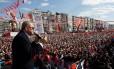 Erdogan reúne uma multidão em comício em Izmir: presidente percorreu a Turquia em busca de apoio para o referendo
