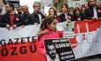 Resistência. Filha do jornalista detido Mahir Kanaat durante ato em Istambul