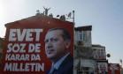 Apoio popular. 'Sim, também decidiu a nação', diz pôster da campanha pelo referendo que pode ampliar o poder de Recep Tayyip Erdogan na Turquia Foto: Emrah Gurel / AP