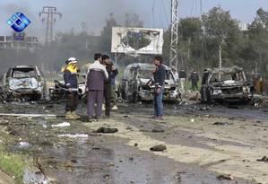Rebeldes visitam local de explosão que danificou vários ônibus e vans na área Rashideen e matou dezenas de pessoas Foto: Uncredited / AP