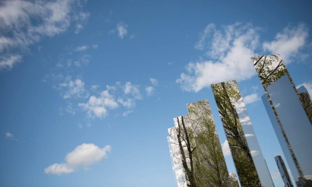 As árvores se refletem nos espelhos do trabalho do artista dinamarquês Jeppe Hein para a International Garden Exhibition (IGA) 2017 no Gaerten der Welt, em Berlin STEFFI LOOS / AFP