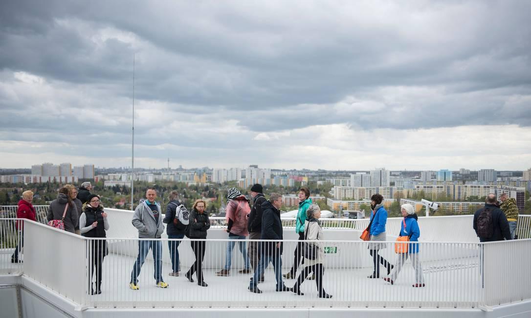 Visitantes apreciam a vista no topo da plataforma Wolkenhain, durante a International Garden Exhibition (IGA) 2017no Gaerten der Welt em Berlin STEFFI LOOS / AFP