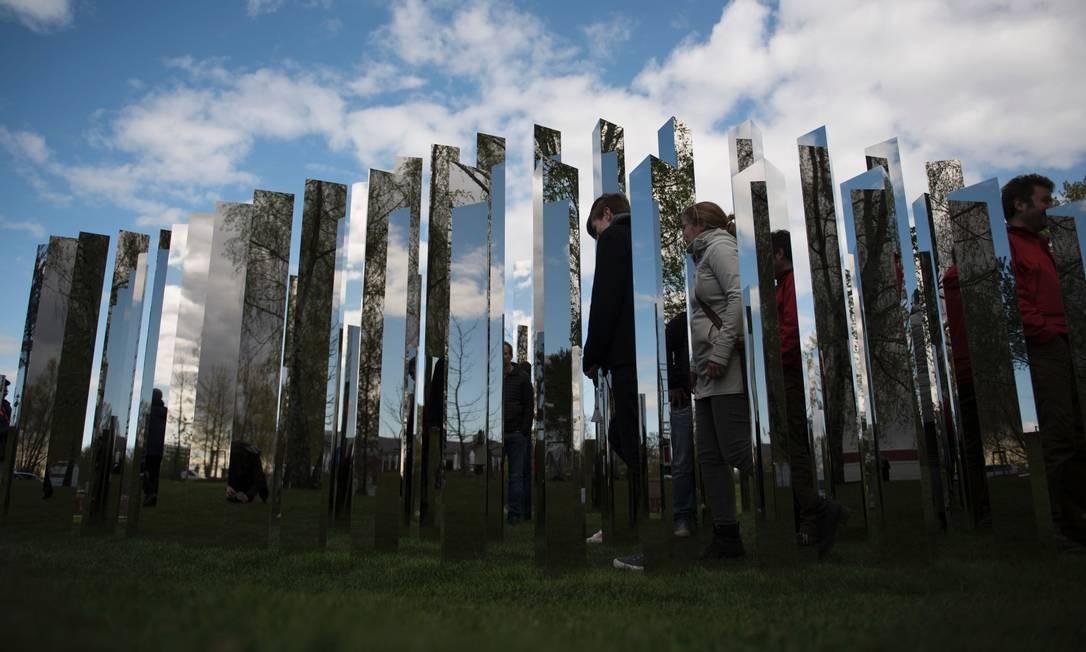 Visitantes observam de perto, o taralho do artista dinamarquês Jeppe Hein, que reflete a natureza do Gaerten der Welt, onde a International Garden Exhibition (IGA) 2017, acontece até outubro em Berlin Foto: STEFFI LOOS / AFP