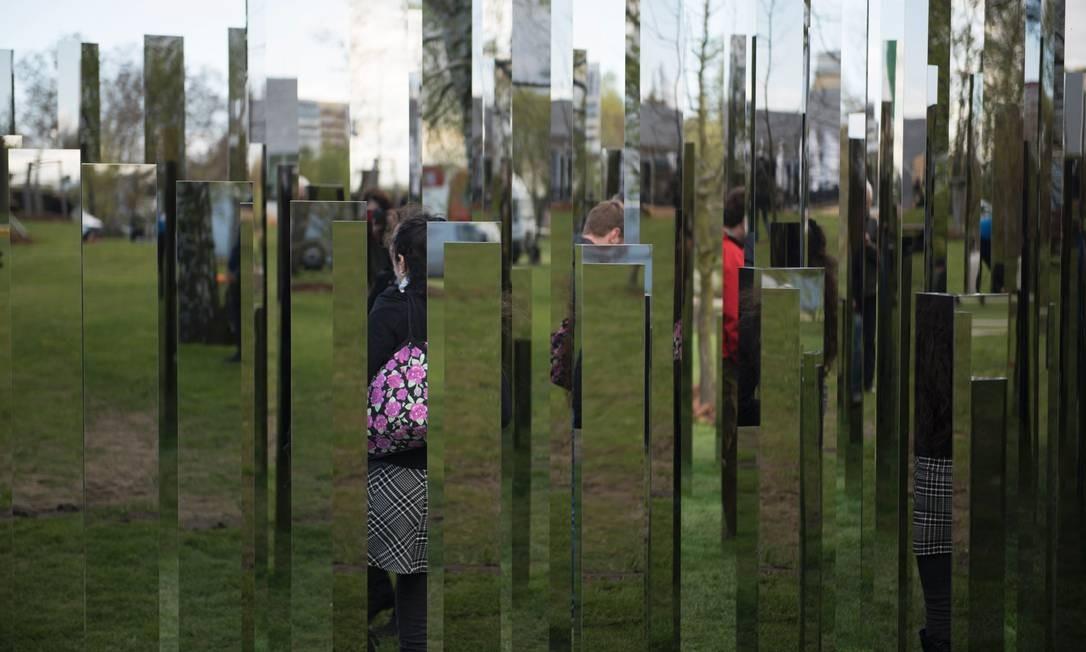 Visitantes se mesclam ao cenário urbano nos reflexos do jogo de espelhos criado pelo artista dinamarquês Jeppe Hein's. A instalação 'Reflecting Gardens' faz parte do International Garden Exhibition (IGA) 2017, no Gaerten der Welt, que acontece em Berlim até outubro de 2017 Foto: STEFFI LOOS / AFP